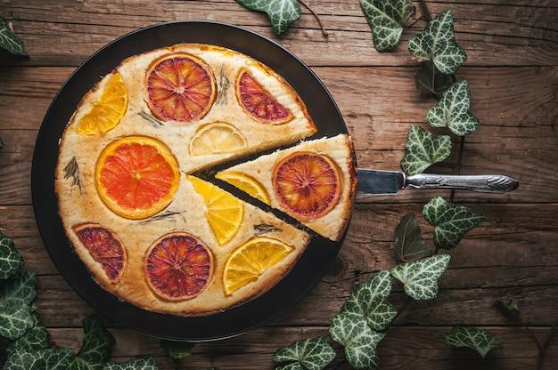 Gâteau d'agrumes fait maison sur une table en bois de style rustique