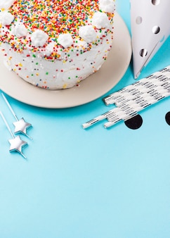 Gâteau à angle élevé avec de la crème fouettée
