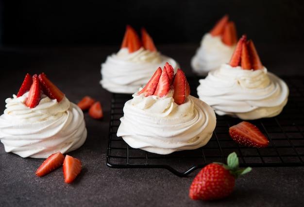 Gâteau anna pavlova à la crème et fraises fraîches