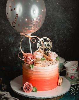 Gâteau d'anniversaire aux roses crème et macarons