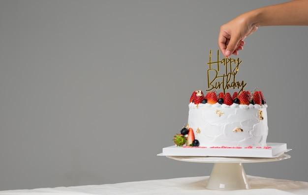 Gâteau d'anniversaire blanc à la fraise fraîche