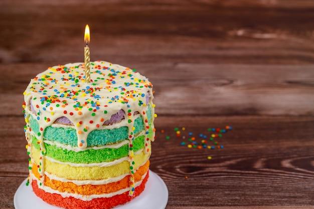 Gâteau d'anniversaire avec bougie allumée et pépites.