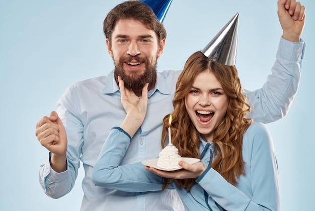 Gâteau d'anniversaire avec bougie homme et femme fête d'entreprise vacances amusantes