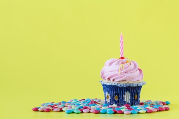 Gâteau d'anniversaire avec une bougie