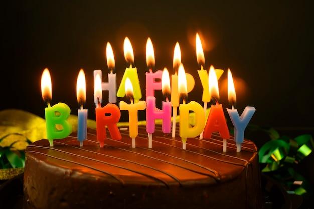 Gâteau d'anniversaire avec des bougies sur fond jaune