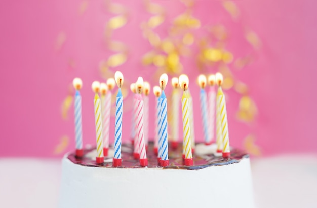 Gâteau d'anniversaire avec des bougies pour petite fille princesse