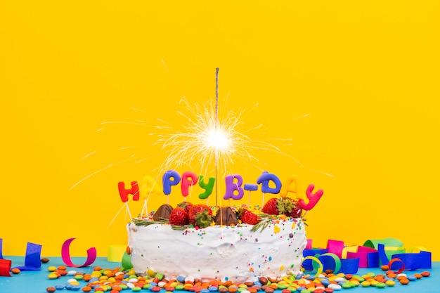 Gâteau d'anniversaire coloré avec sparkler