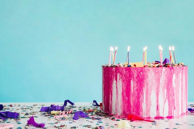 Gâteau d'anniversaire et confettis