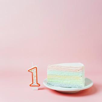 Gâteau d'anniversaire à côté de la bougie