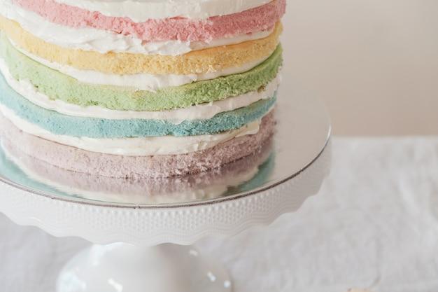 Gâteau d'anniversaire en couches multicolores