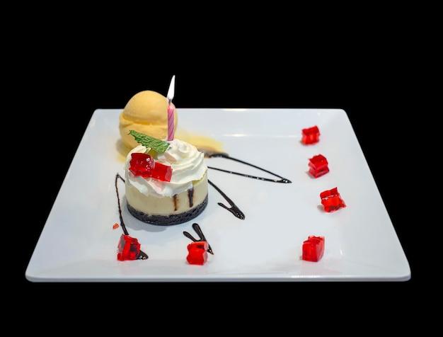 Gâteau d'anniversaire avec une décoration de bougies colorées