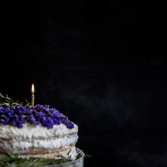 Gâteau d'anniversaire décoré de fleurs