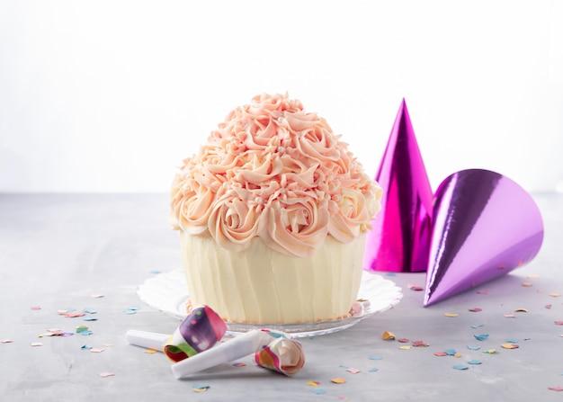 Gâteau d'anniversaire délicieux gâteau et chapeau de fête, confettis colorés