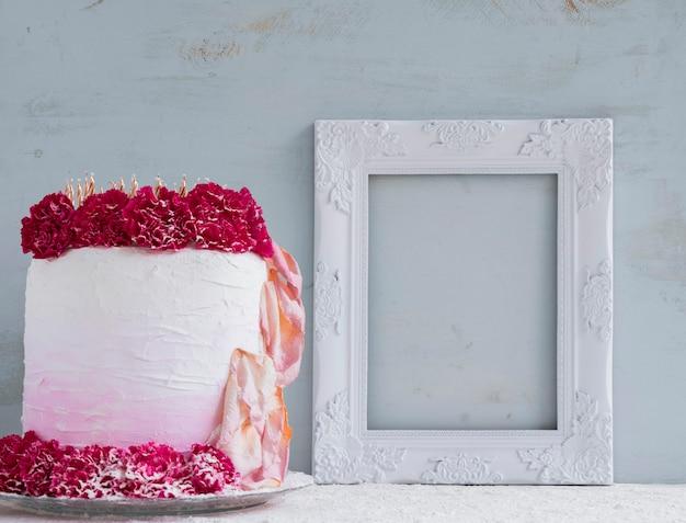 Gâteau d'anniversaire en face de l'aquarelle