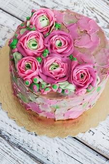 Gâteau d'anniversaire avec fleurs rose sur blanc