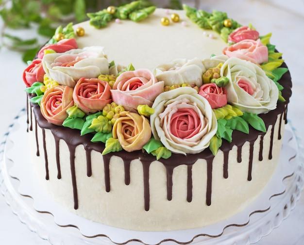 Gâteau d'anniversaire avec fleurs rose sur fond blanc