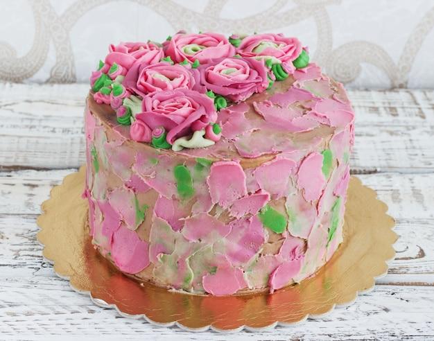 Gâteau d'anniversaire avec des fleurs rose
