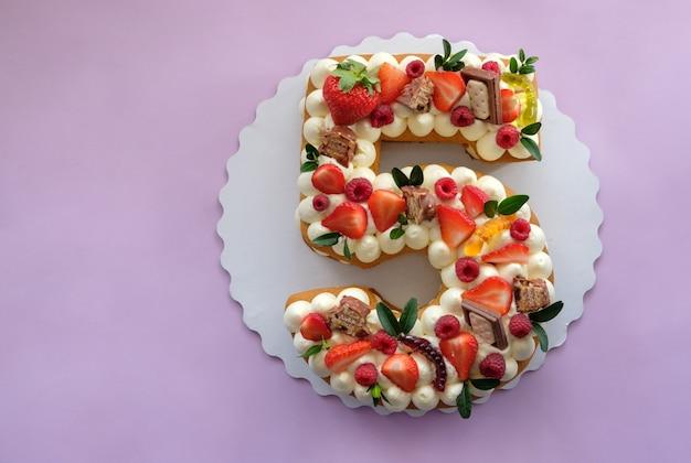 Gâteau d'anniversaire en forme de numéro cinq