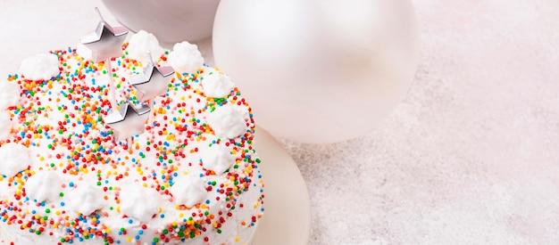 Gâteau d'anniversaire grand angle avec bougies