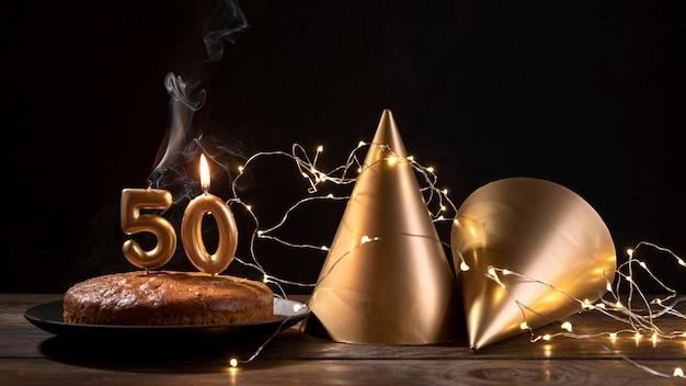 Gâteau d'anniversaire gros plan sur table