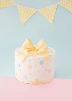 Gâteau d'anniversaire avec guirlande décorative