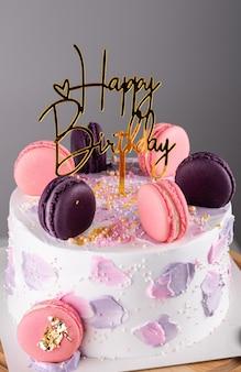 Gâteau d'anniversaire avec macarons