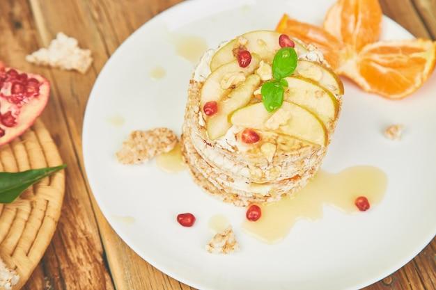 Gâteau d'anniversaire naturel avec chips de riz et fruits