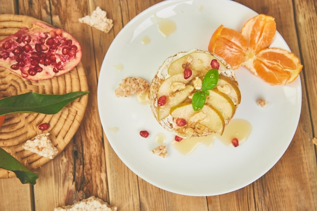 Gâteau d'anniversaire naturel végétalien, diététique, bio avec riz croustillant