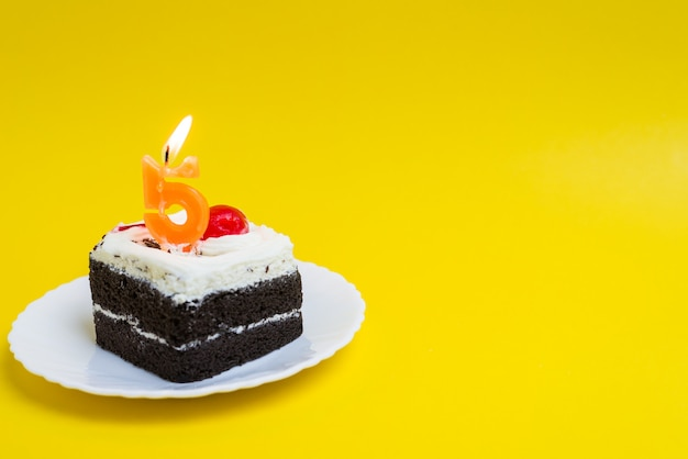 Gâteau d'anniversaire avec le numéro 5 des bougies allumées gâteau de joyeux anniversaire sur fond de couleur