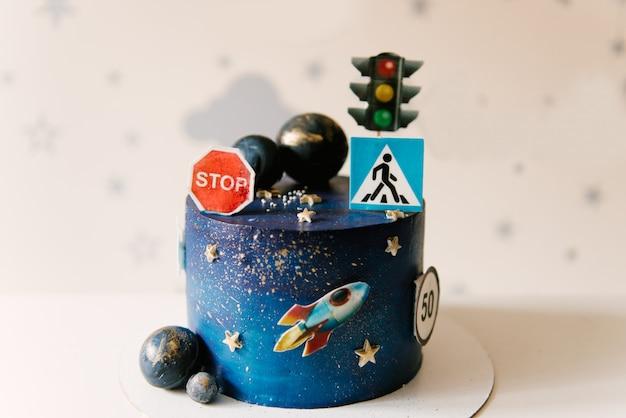 Gâteau d'anniversaire pour les enfants avec des planètes et des panneaux routiers