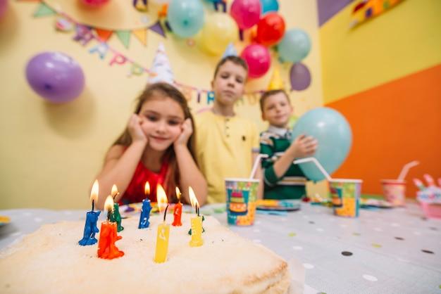 Gâteau d'anniversaire près d'enfants floues