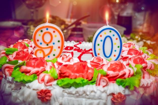 Gâteau d'anniversaire de quatre-vingt-dix ans avec décoration en forme de fleurs numéros neuf et zéro