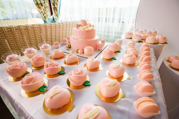 Gâteau d'anniversaire rose, décoré de biscuits meringués