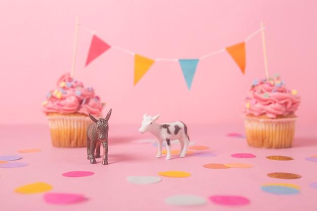 Gâteau d'anniversaire rose avec guirlande