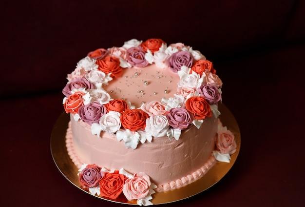 Gâteau d'anniversaire avec des roses rouges.