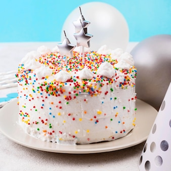 Gâteau d'anniversaire avec sprinkles high angle