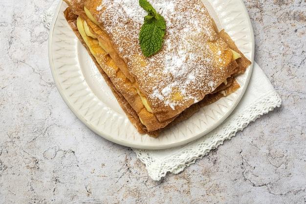 Gâteau arabe fait maison avec pâte filo et crème pâtissière d'en haut. nourriture arabe