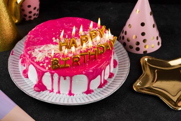 Gâteau avec arrangement de bougies grand angle