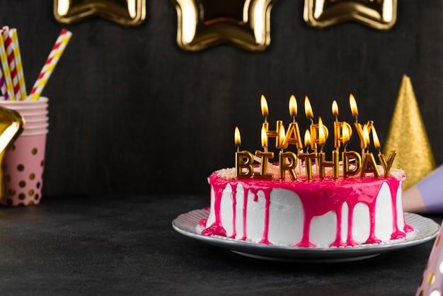 Gâteau avec arrangement de bougies