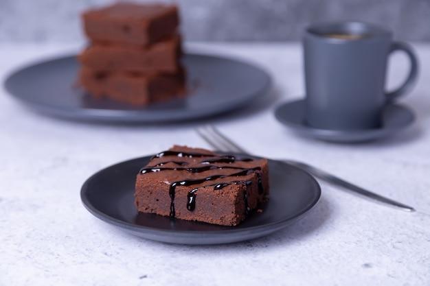 Gâteau au brownie avec sauce au chocolat. dessert au chocolat fait maison. un gâteau au chocolat noir populaire. fermer.