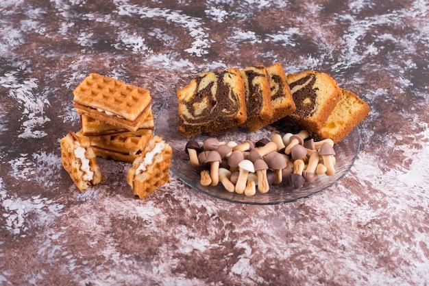 Gâteau au cacao avec des gaufres et des biscuits dans un plateau en verre