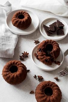 Gâteau au chocolat à angle élevé avec anis étoilé et morceaux de chocolat