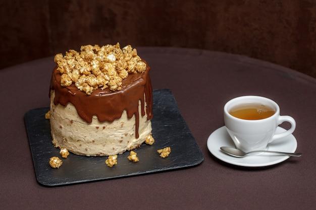 Gâteau au chocolat au caramel et pop-corn, close up