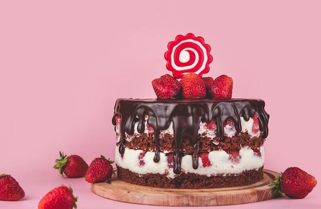 Gâteau au chocolat aux fraises sur la table
