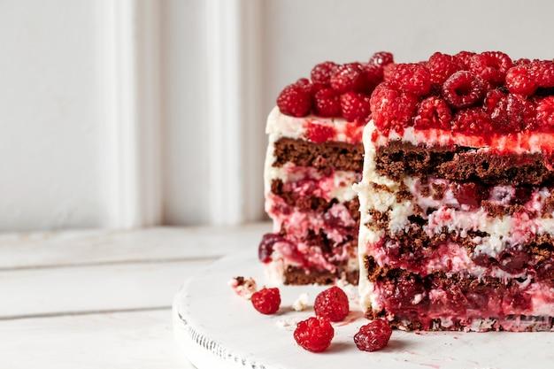 Gâteau au chocolat aux framboises à l'intérieur du pan coupé remplissant macro shot