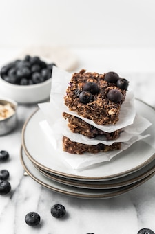 Gâteau au chocolat aux myrtilles sur une assiette
