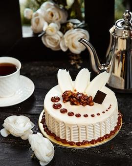 Gâteau au chocolat blanc sur la table