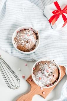 Gâteau au chocolat ou brownie avec du sucre en poudre et des paillettes sucrées en forme de coeur