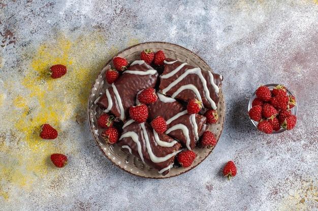 Gâteau au chocolat avec confiture de framboises et crème au beurre.