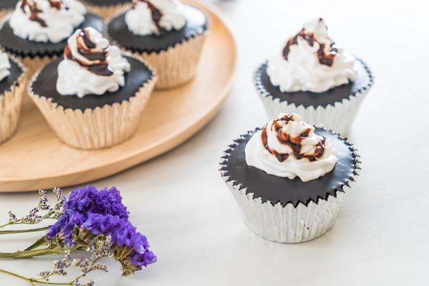 Gâteau au chocolat avec crème fouettée